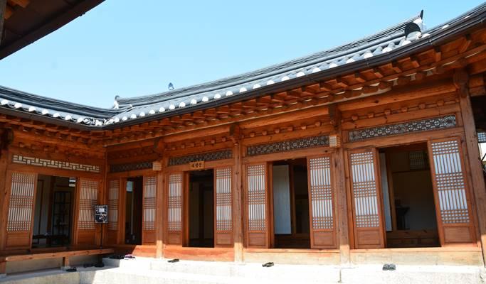 Seoul by Foot: Secret Garden & Bukchon Hanok Village Walking Tour