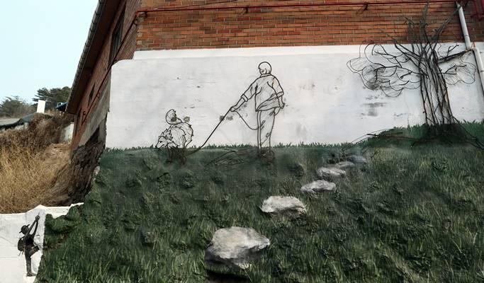 Seoul walking tour ihwa mural village seoul city wall for Mural village seoul