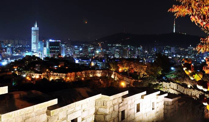 Seoul by Foot: Seoul City Wall & Ihwa Mural Village Evening Walking Tour