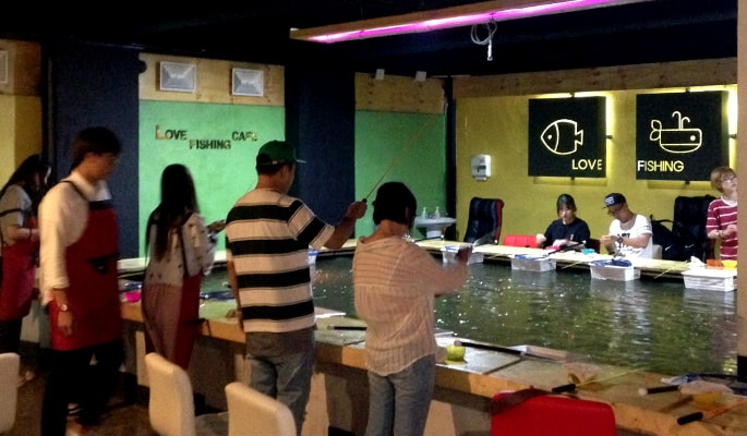 Indoor fishing cafe in hongdae seoul trazy korea 39 s 1 for Indoor fishing